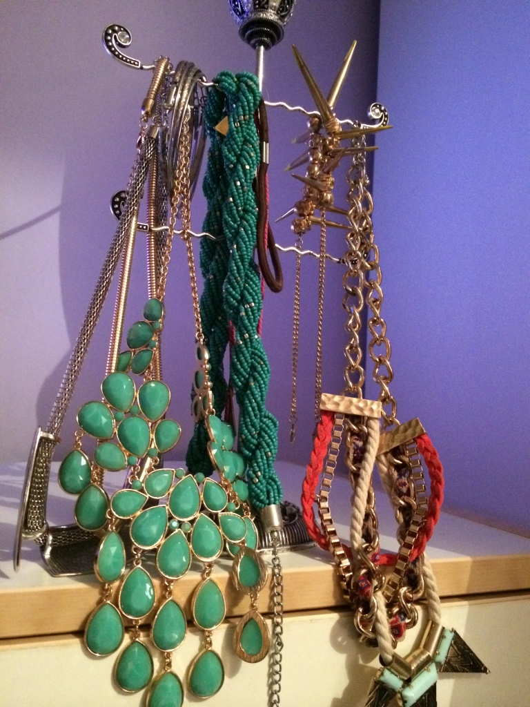 Storing necklaces